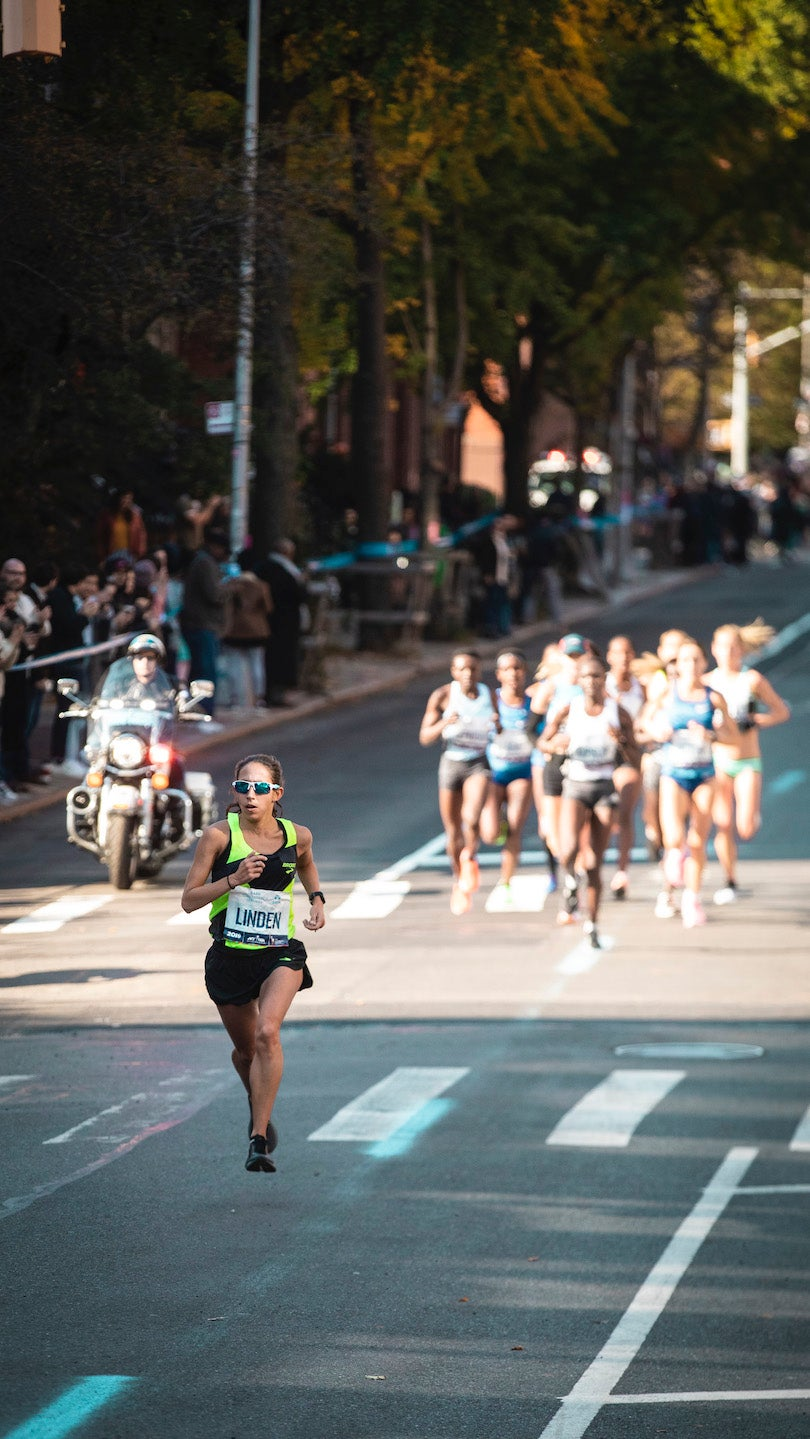 Desiree Linden take the lead in the early miles of the 2019 New York City Marathon.