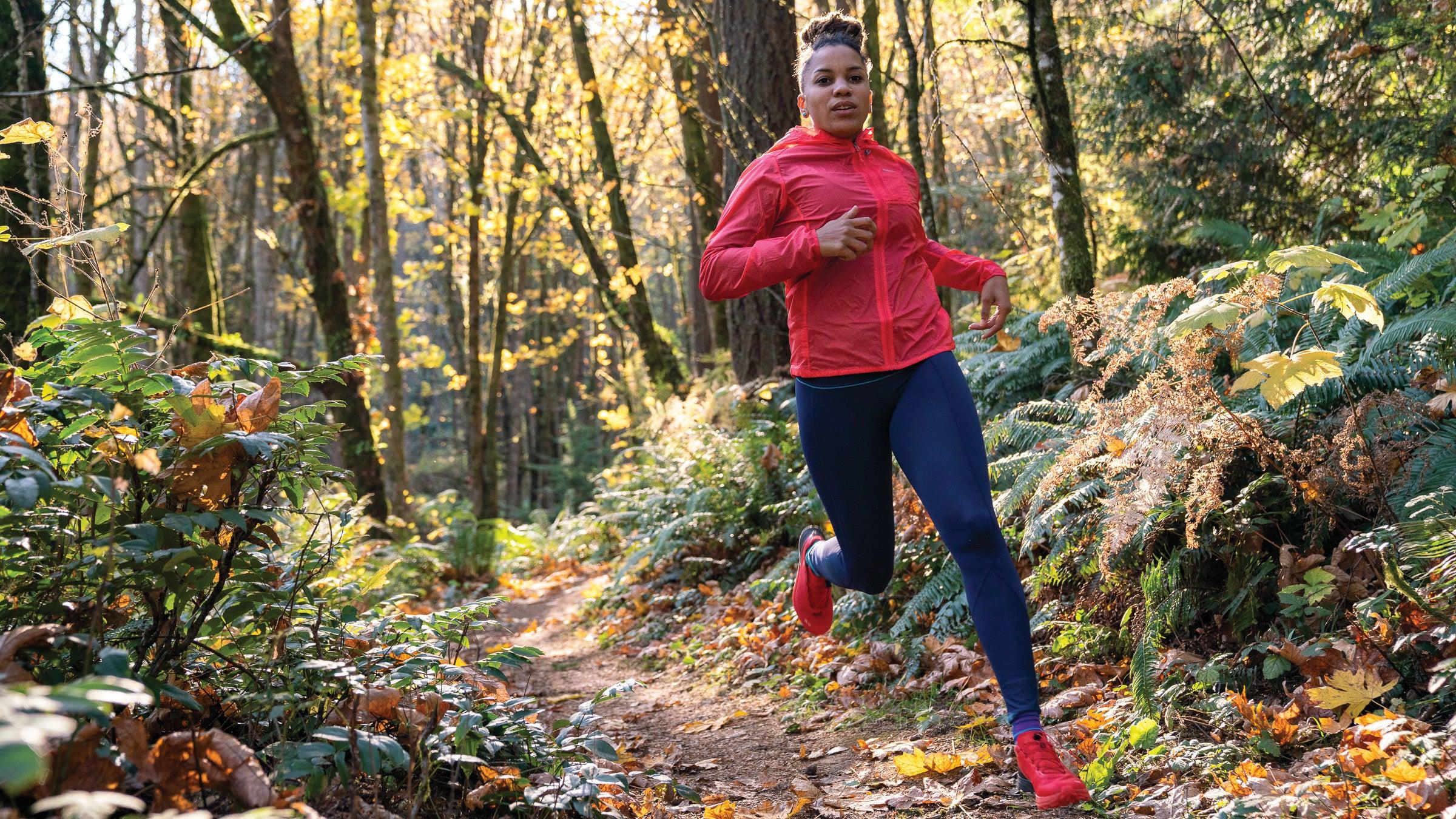 Faith Briggs corre por el bosque.