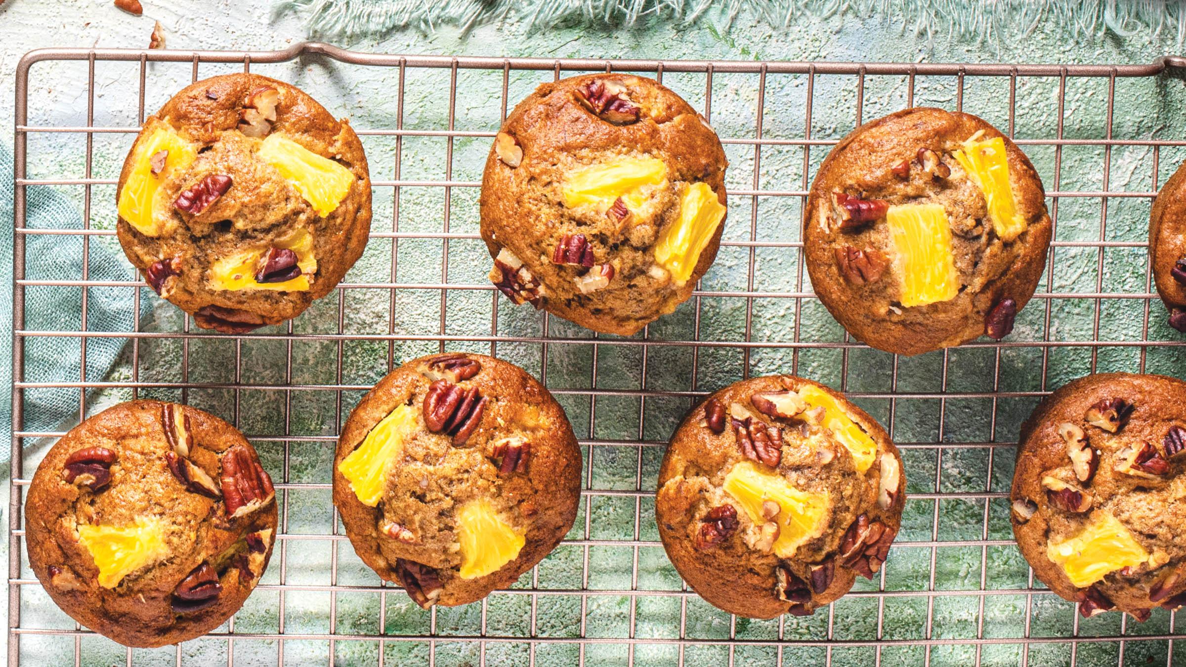 Muffins de colibrí en una rejilla para enfriar